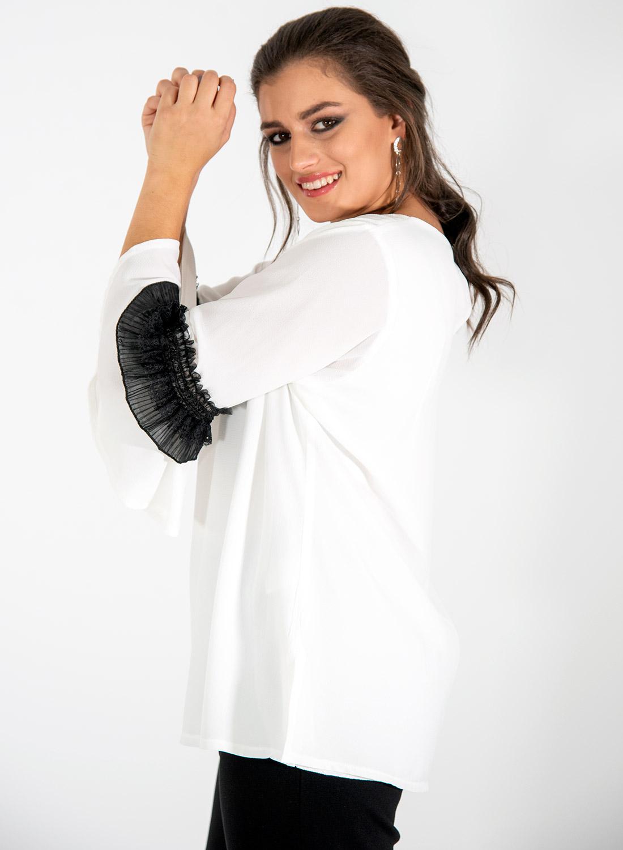 Λευκή αέρινη μπλούζα με μαύρη δαντέλα